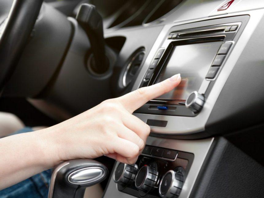 finger on dashboard with 2019 Honda CR-V audio system